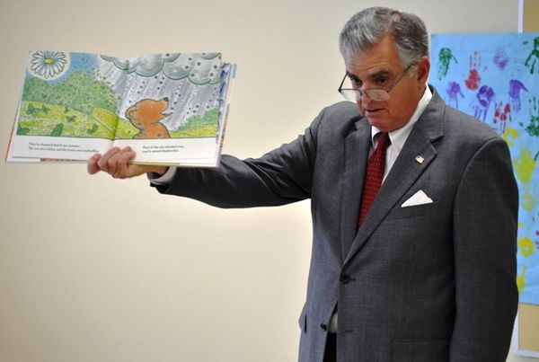 LaHood reads to students