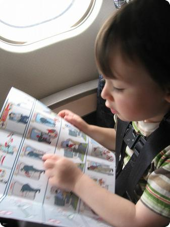 Tn-toddler_airplane_reading-550x450-rd10