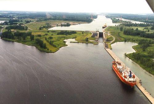 Approaching the Eisenhower Lock