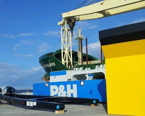Maersk Illinois loading
